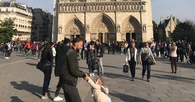 Frau sucht auf Twitter nach einem Mann und einem Kind, die sie kurz vor dem Feuer in Notre-Dame sah