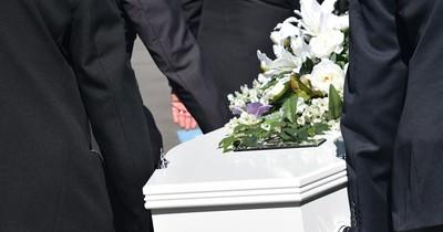 10 unangebrachte Dinge, die Menschen bei Beerdigungen getan haben