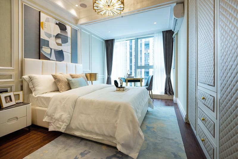 Schlafzimmer mit offenem Fenster