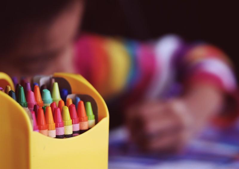 Dieses Bild zeigt ein Kind, das ein Bild malt.