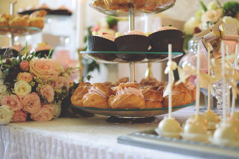 Dieses Bild zeigt Kekse und Törtchen auf einer Hochzeit.
