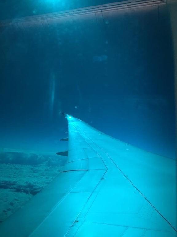 Auf dem Bild sieht man eine optische Täuschung in Form eines Flugzeuges unter Wasser.