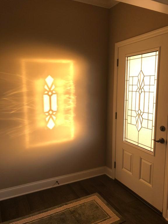 Man sieht eine optische Täuschung in Form eines Lichtes durch das Fenster.