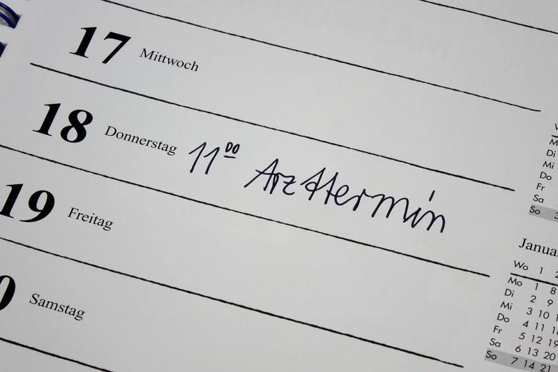 Man sieht einen Kalender und wie man schneller einen Arzttermin bekommt.