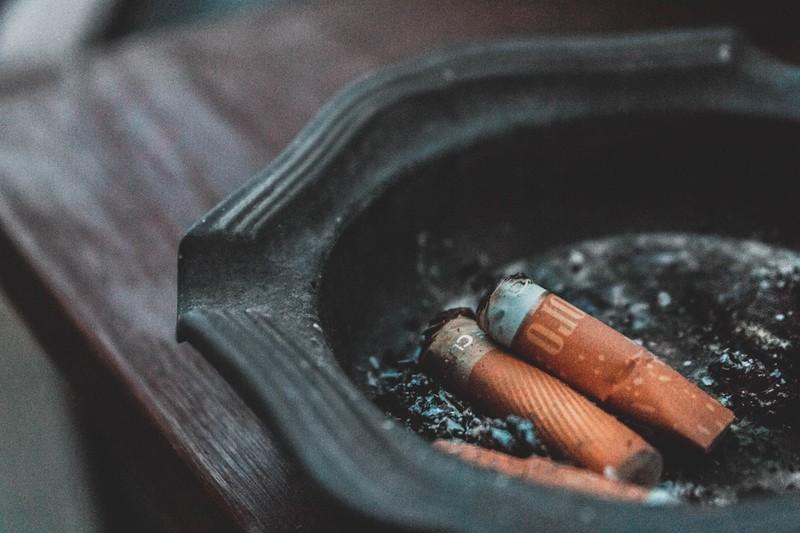 Dieses Bild zeigt Zigarettenkippen, deren achtloses Wegwerfen künftig mit höheren Bußgeldern bestraft werden könnte.