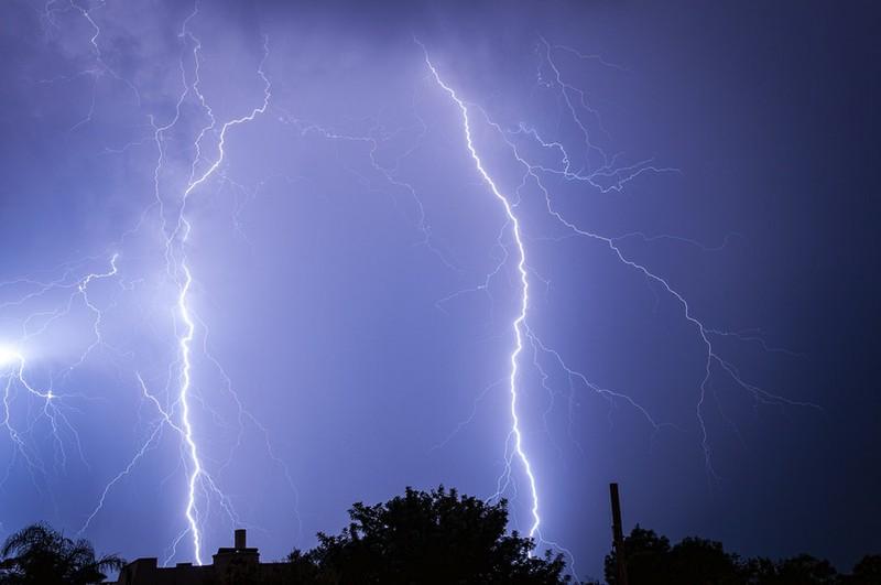 Dieses Bild zeigt ein gefährliches Gewitter mit Blitzen.