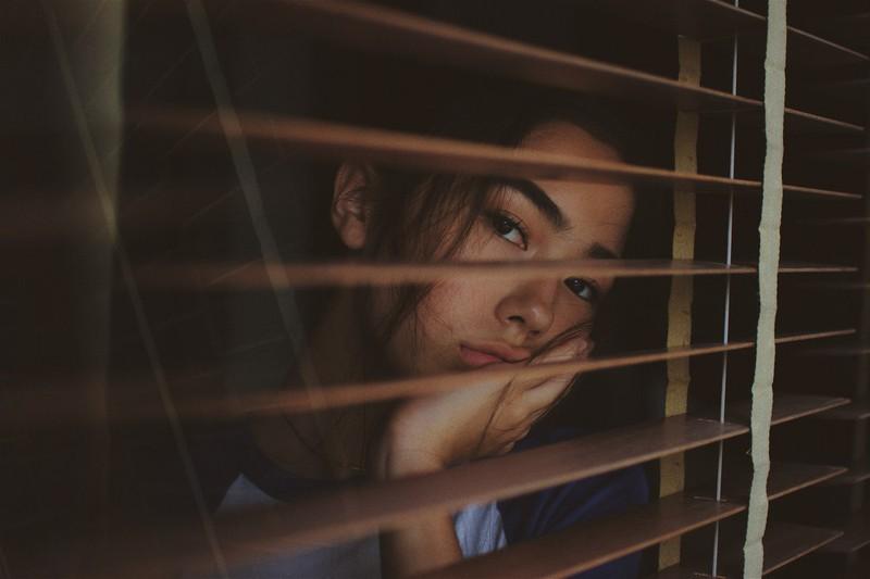 Dieses Bild zeigt ein Mädchen mit Langeweile im Haus seiner Eltern.