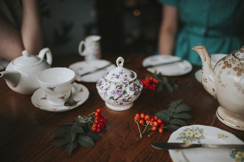 Dieses Bild zeigt eine Familie beim Nachmittags-Tee mit Zucker.