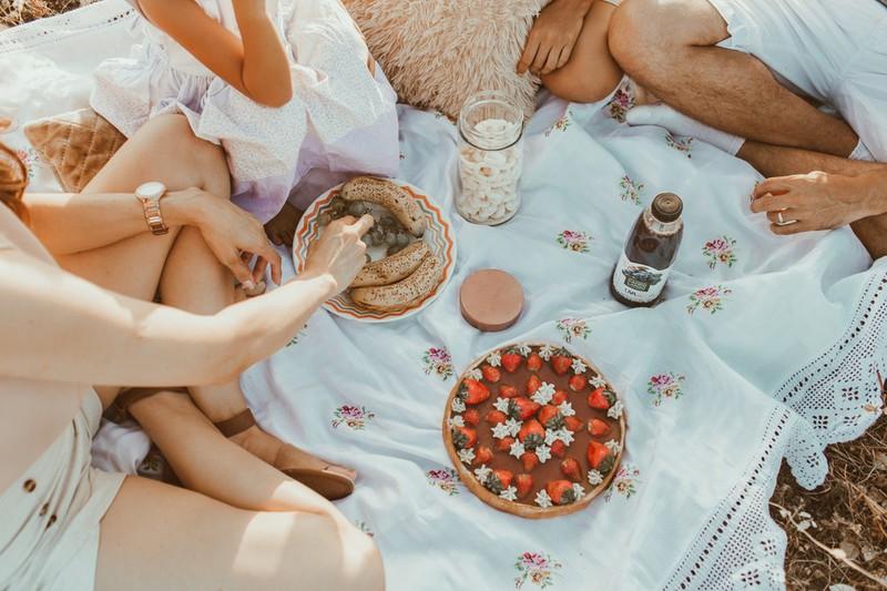 Dieses Bild zeigt eine Familie mit Kindern beim Essen.