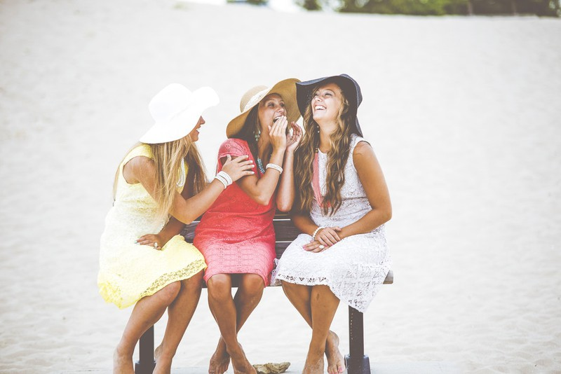 Auf diesem Bild sieht man lachende Geschwister oder Freundinnen.