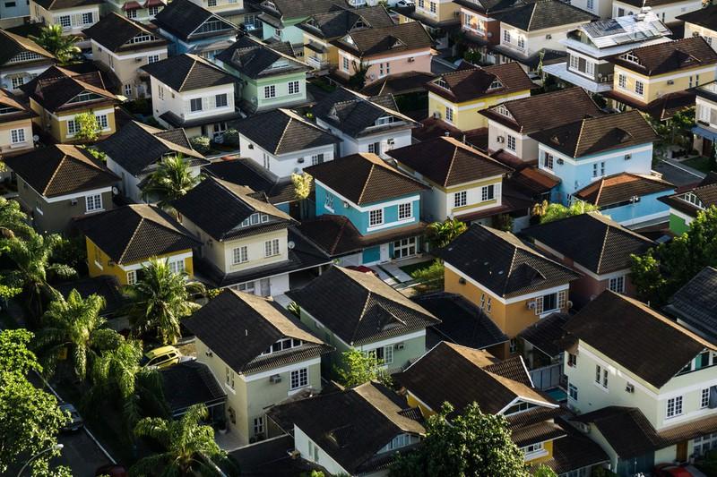 Dieses Bild zeigt eine Reihe modern gebauter Häuser.