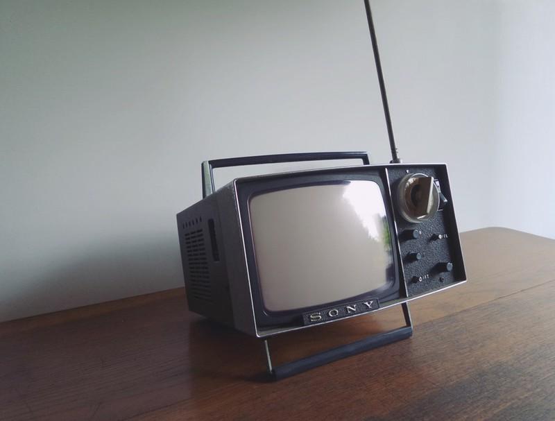 Dieses Bild zeigt einen altmodischen Fernseher, auf dem man Sitcoms schauen kann.