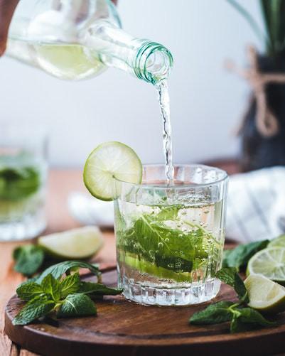 Man sieht ein Getränk und es geht um den Tipp, bei Hitze zu trinken.