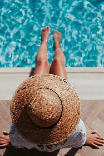 Man sieht eine Frau im Wasser und es geht um den Tipp Abkühlung bei Hitze.