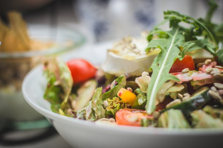 Man sieht einen Salat und es geht um den Tipp, bei Hitze nur leichtes Essen zu essen.