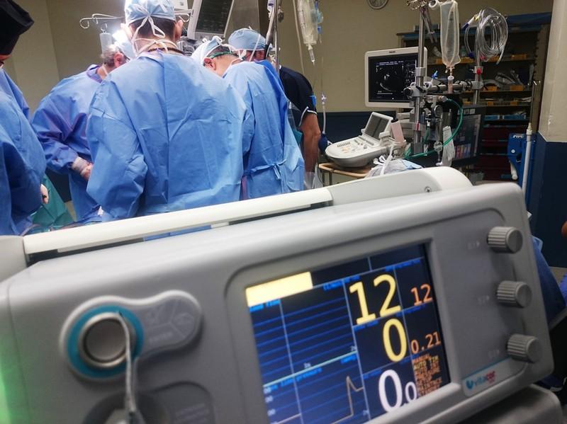 Dieses Bild zeigt Ärzte bei einer Operation.