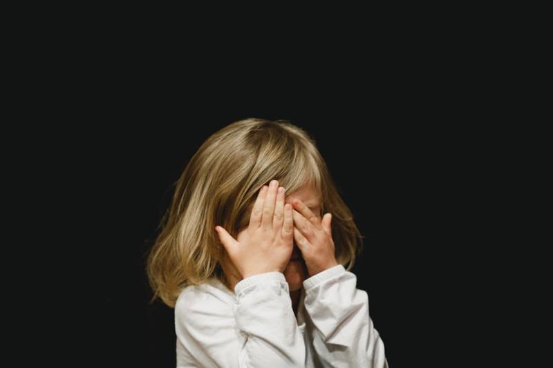 Dieses Bild zeigt ein Kind, das peinlich berührt ist.