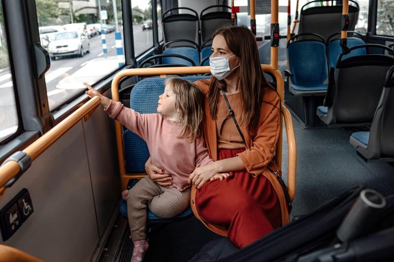 Im Bus kann man sich mit dem Kind über alles unterhalten.