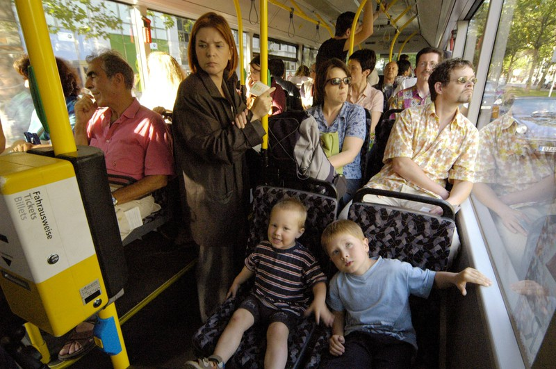 Kinder können die seltsamsten Sachen machen - auch im Bus.