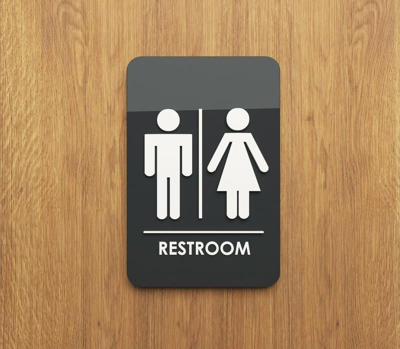 Mit Kindern gemeinsam auf Toilette gehen kann schwierig sein.
