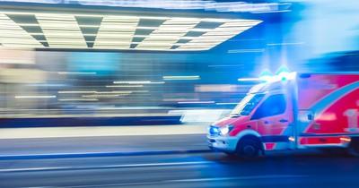 Mann beschwert sich über Rettungssanitäter, weil sie ihr Auto wuschen