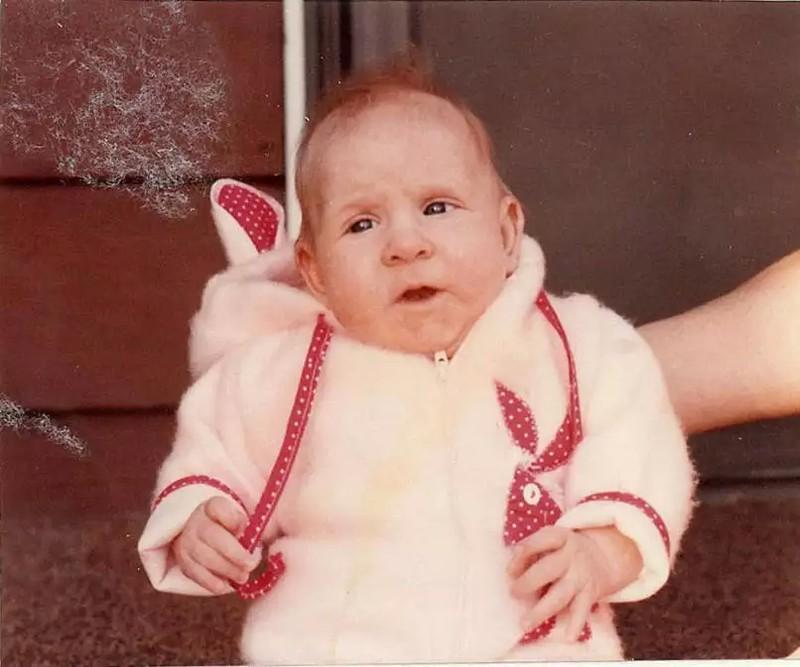 Das Baby sieht aus wie ein Opa.