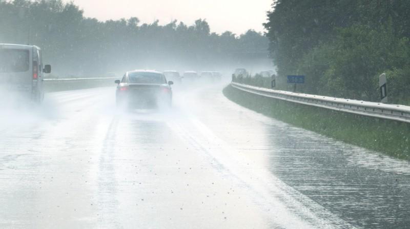 Auf der nassen Straße kann es schnell in die Leitplanken gehen