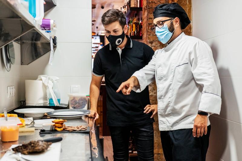 Kellner arbeiten in der Küche