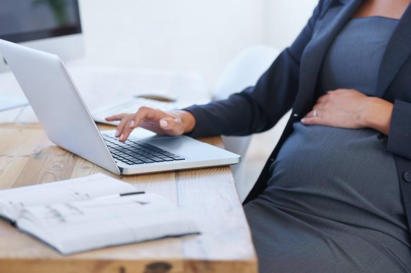 Schwangere Rektorin auf der Arbeit