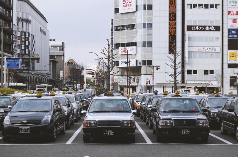 Parkplatz, auf dem Autos stehen