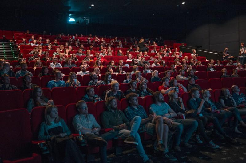 Volles Kino mit roten Sitzen