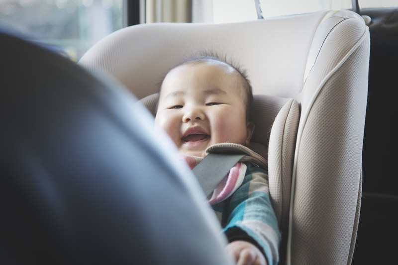Kleiner Junge in einem Autositz