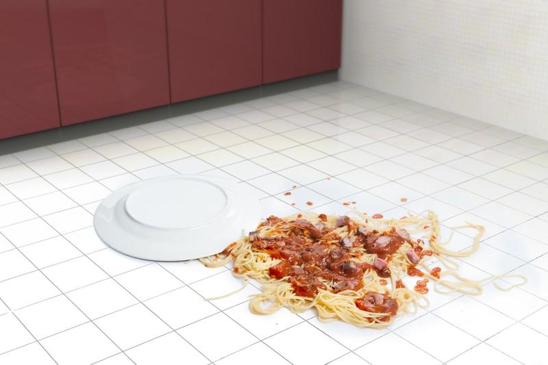 Spaghetti auf einem Küchenboden
