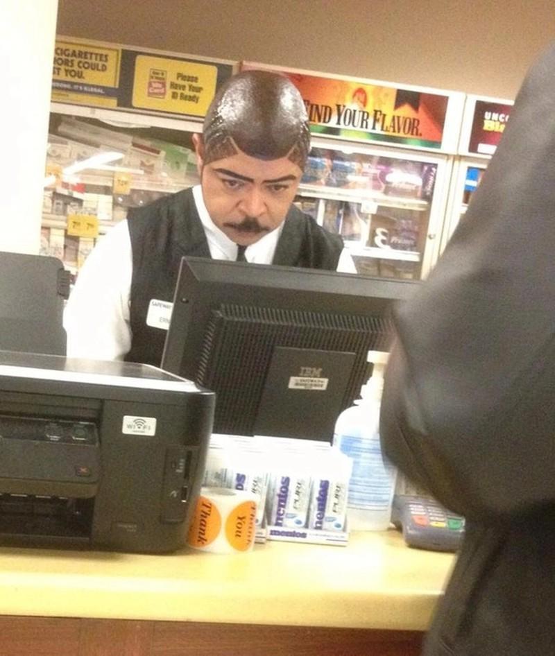 Die Glatze des Mannes glänzt regelrecht.