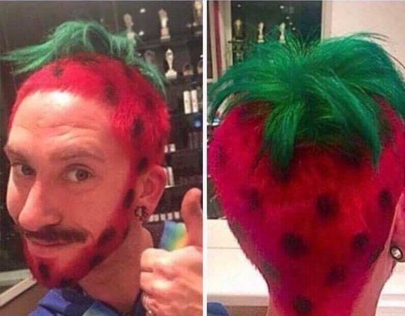 Ein Mann verwandelt sich in eine Erdbeere