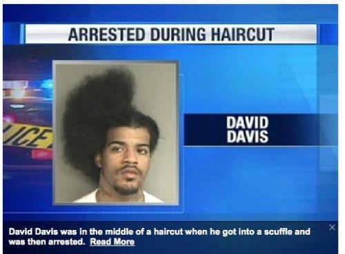 Mann mit halber Afro-Frisur.