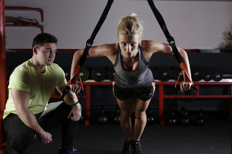 Frau die trainiert wird