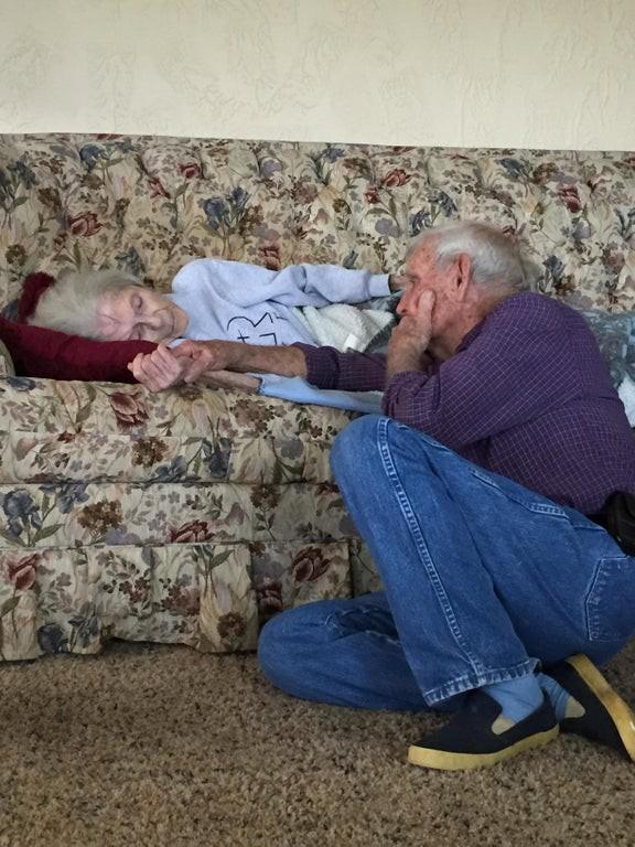 Trauriges Bild von älterem Paar kurz vor dem Tod