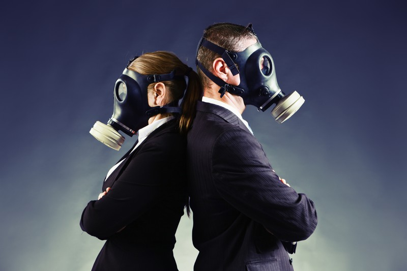 Paar steht Rücken an Rücken mit Gasmasken