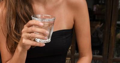 Warum Salzwasser Gurgeln gegen Halsschmerzen helfen soll
