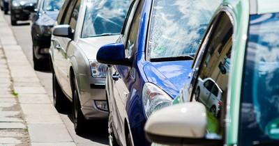 Jemand rammte ihr geparktes Auto - der Zettel an der Windschutzscheibe war keine Entschuldigung