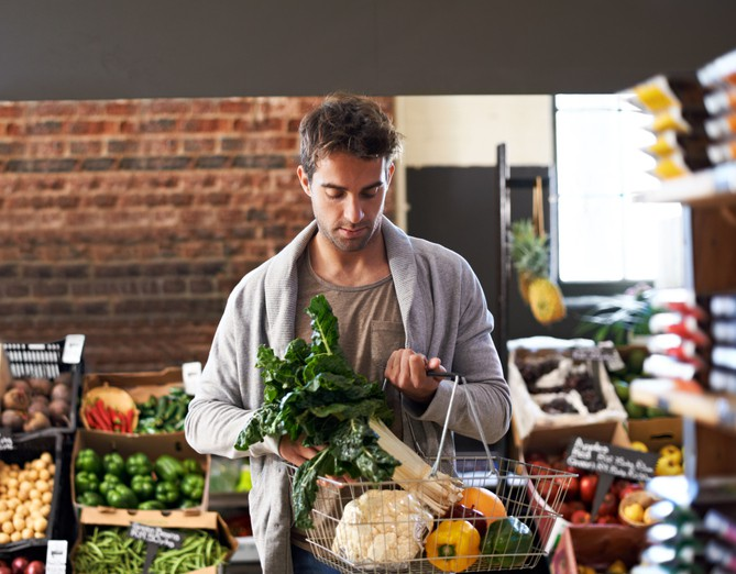 Ein Mann kauft Gemüse an