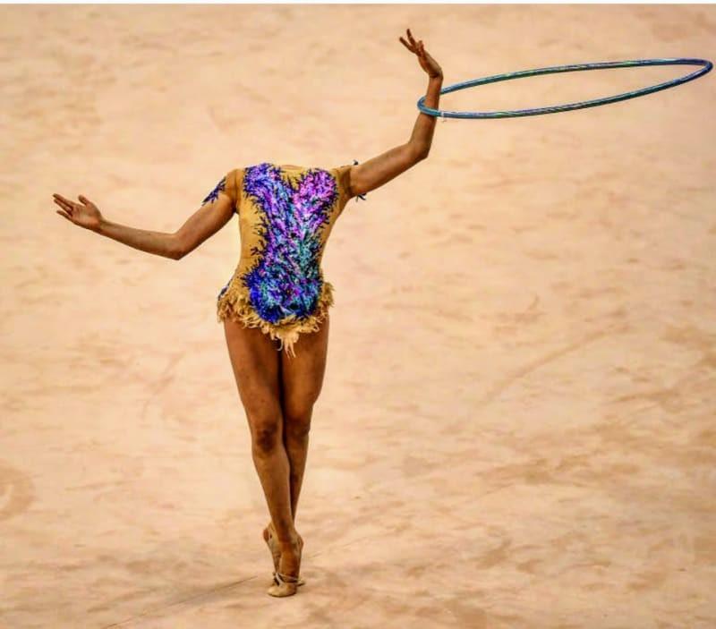 Eine Gymnastin mit Hoola-Hoop-Reifen