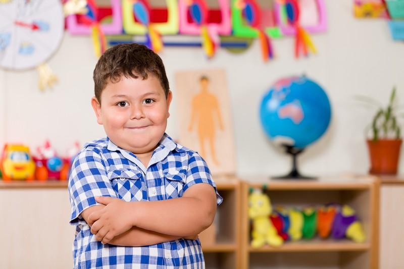 Kleiner Junge in der Schule