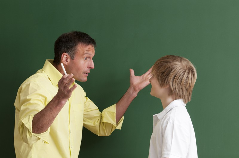 Lehrer schimpt Schüler aus