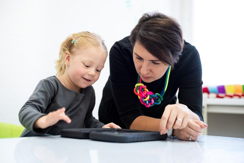 Lehrerin mit kleiner Schülerin