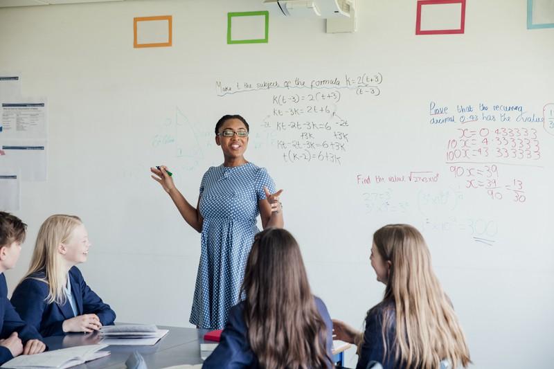 Lehrerin steh vor Schulklasse