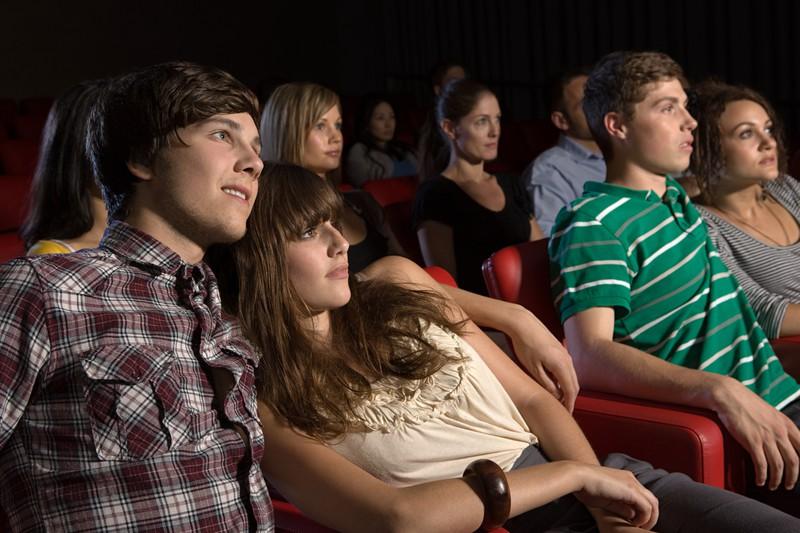Junges Paar im Kino