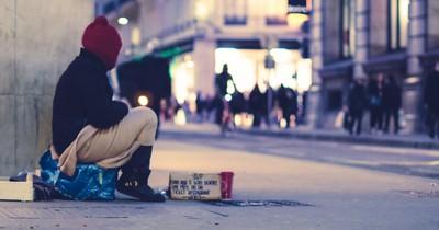 Frau sammelt angeblich Geld für Obdachlosen – doch das Ganze soll ein Betrug sein!