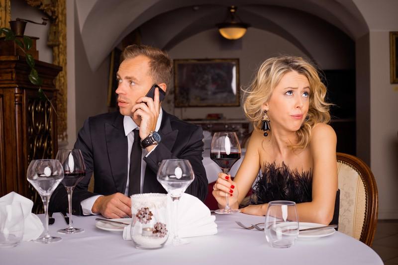 Er telefoniert während einem Date